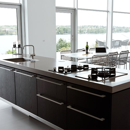 Elegant køkken med granitbordplade og gaskomfur