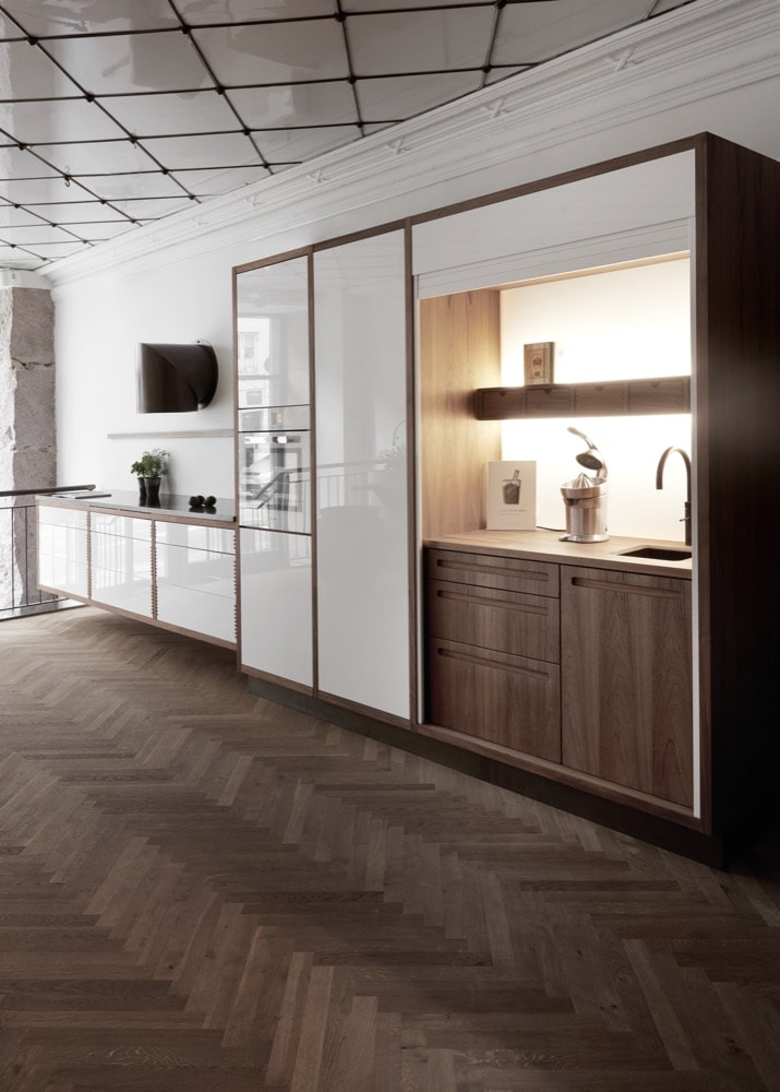 Stort åbent køkken delt op i to sektioner