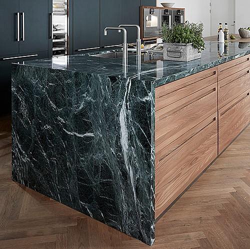 Unikt køkken med marmor bordplade